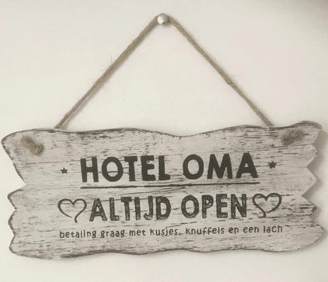 cadeau voor oma - leuk wandbord met hotel oma